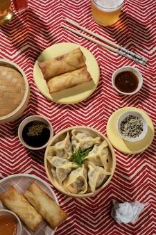 Arranjo de deliciosa comida asiática