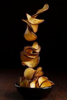Arranjo de deliciosas batatas fritas de mandioca