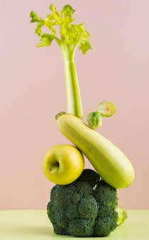 Arranjo de deliciosas frutas e vegetais frescos