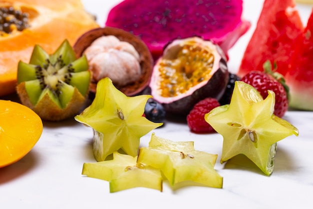 Arranjo de deliciosas frutas exóticas