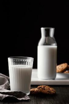 Arranjo de deliciosos biscoitos com leite