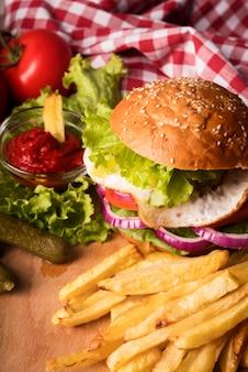 Arranjo de deliciosos hambúrgueres e batatas fritas