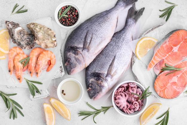 Arranjo de deliciosos peixes dourados crus