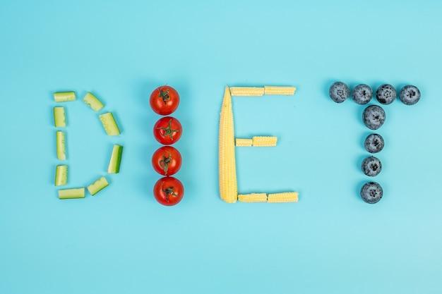 Arranjo de dieta de frutas e vegetais em fundo azul