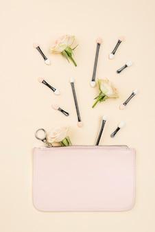 Arranjo de diferentes produtos de beleza plana leigos