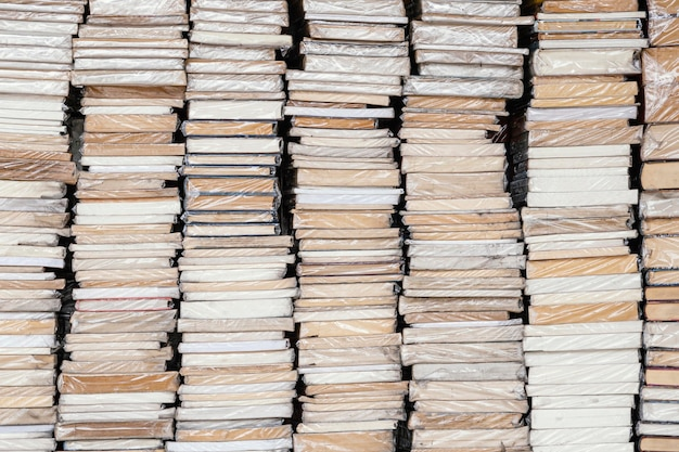 Arranjo de diferentes torres de livros