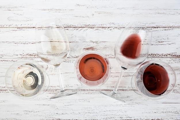 Arranjo de diferentes vinhos em copos