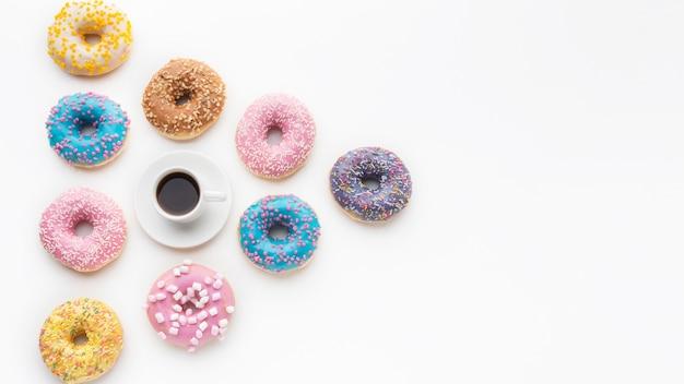 Arranjo de donuts bonito com espaço de cópia