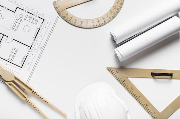 Arranjo de elementos arquitetônicos em fundo branco