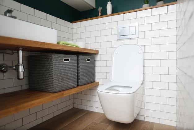 Arranjo de elementos de banheiro com caixas de armazenamento