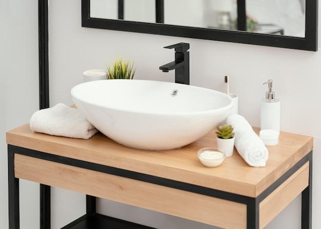 Arranjo de elementos de banheiro para autocuidado