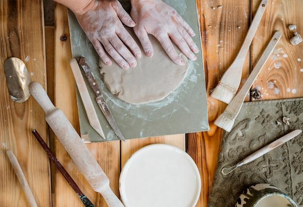 Arranjo de elementos de cerâmica na oficina