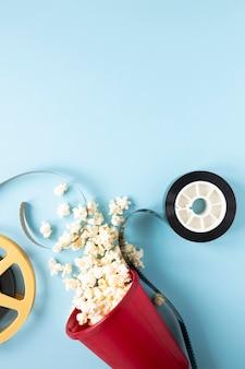 Arranjo de elementos de cinema em fundo azul