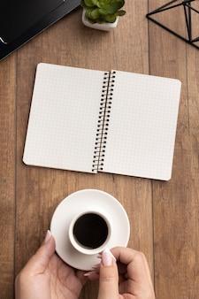 Arranjo de elementos de escritório de vista superior com caderno vazio
