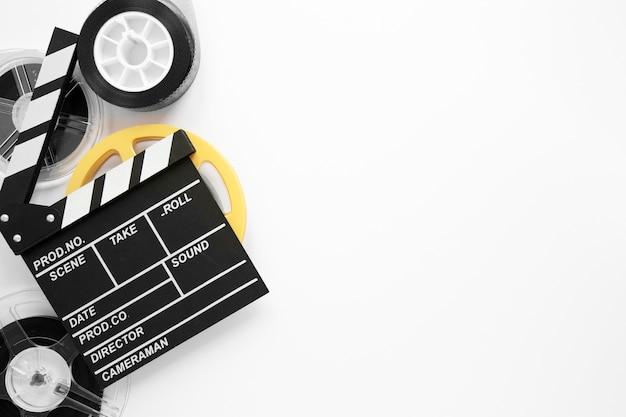 Arranjo de elementos de filme liso leigos sobre fundo branco, com espaço de cópia