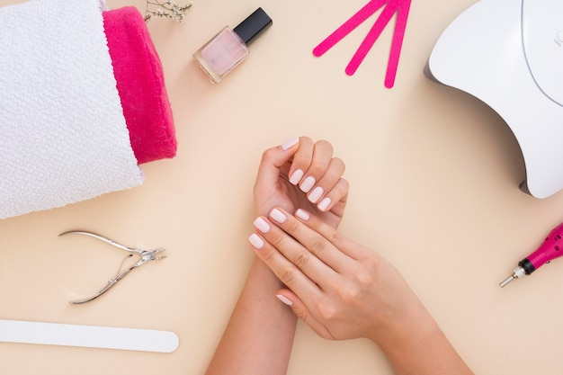 Arranjo de elementos de manicure em fundo bege