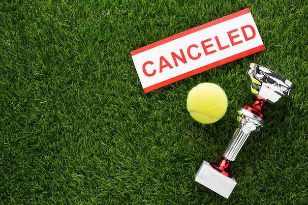 Arranjo de elementos de tênis com sinal cancelado com espaço de cópia