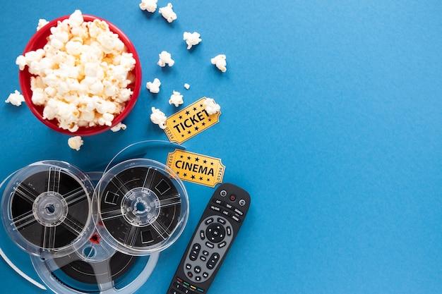 Arranjo de elementos do cinema em fundo azul