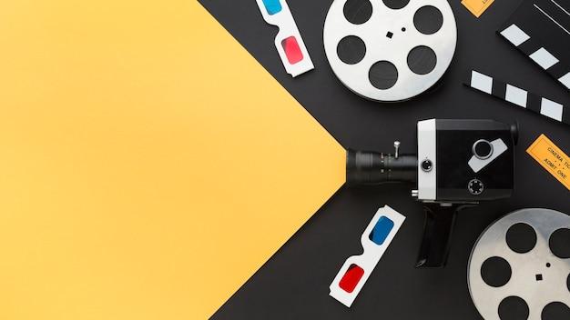 Arranjo de elementos do cinema em fundo bicolor com espaço de cópia
