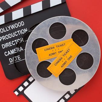 Arranjo de elementos do filme em close-up de fundo vermelho