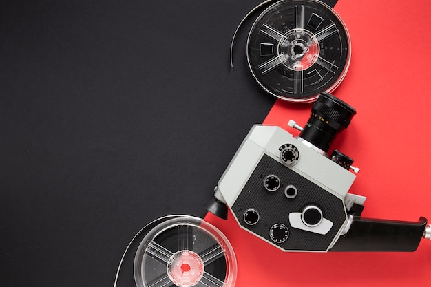 Arranjo de elementos do filme em fundo bicolor