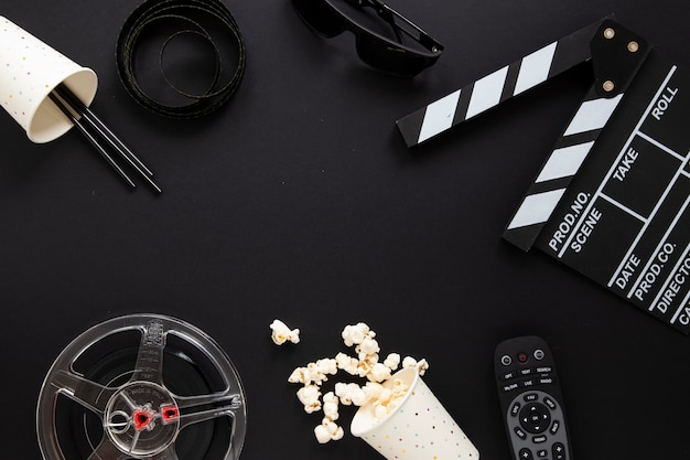 Arranjo de elementos do filme em fundo preto