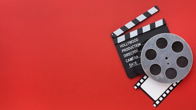 Arranjo de elementos do filme sobre fundo vermelho, com espaço de cópia