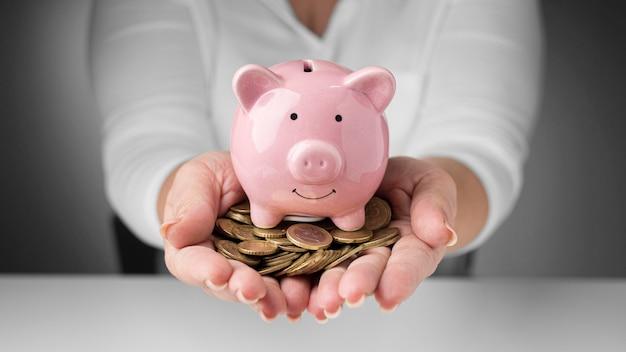 Arranjo de elementos financeiros de vista frontal com moedas