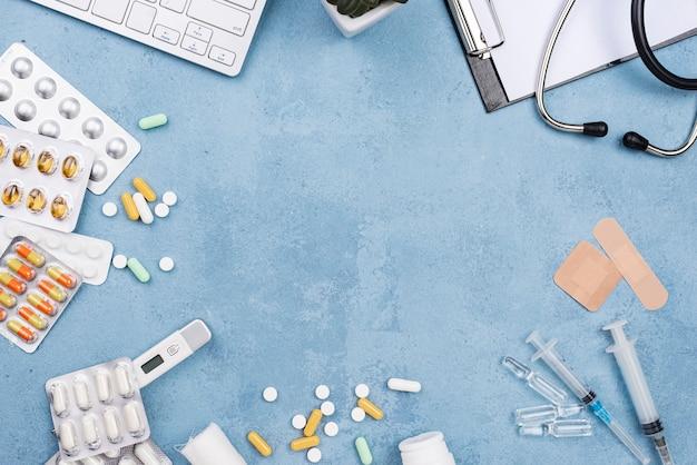 Arranjo de elementos médicos em fundo azul cimento com espaço de cópia