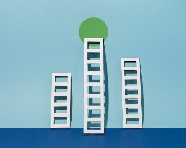 Arranjo de escadas com círculo verde