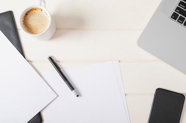 Arranjo de escritório minimalista com papéis vazios