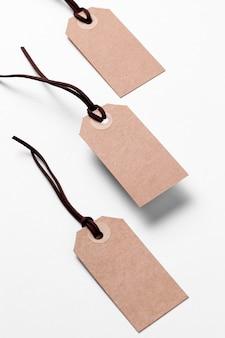 Arranjo de etiquetas de papelão vazio