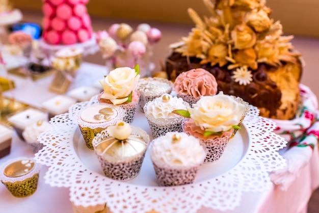Arranjo de evento elegante e luxuoso com bolos coloridos