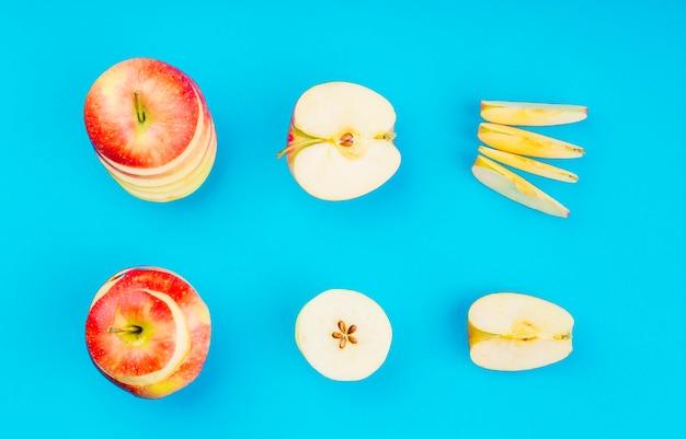 Arranjo de fatias de maçã no fundo azul