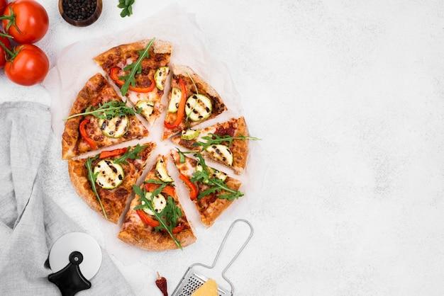 Arranjo de fatias de pizza de rúcula
