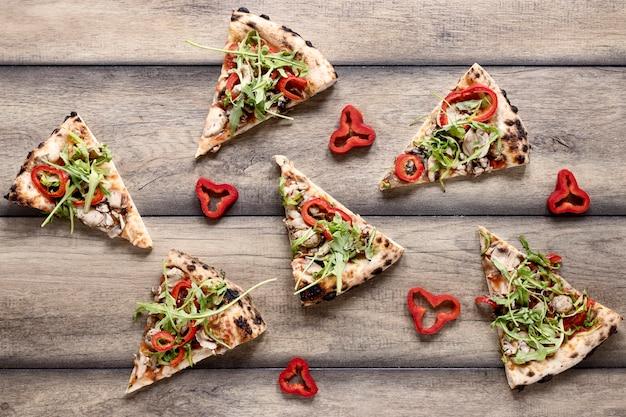 Arranjo de fatias de pizza de vista superior