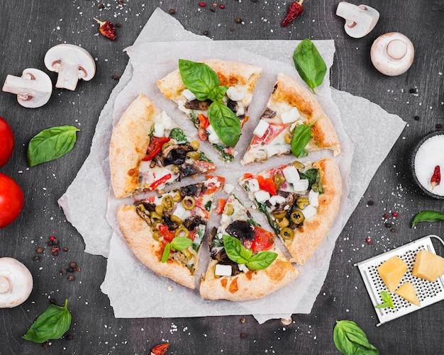 Arranjo de fatias de pizza fofa plana leigos
