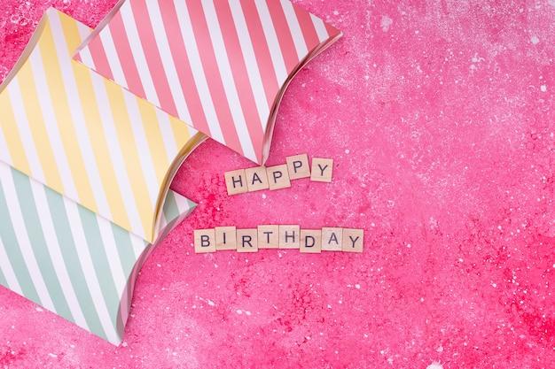 Arranjo de feliz aniversário no fundo rosa