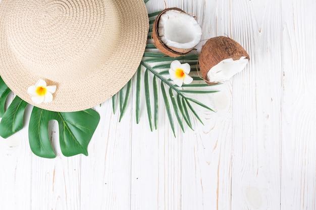 Arranjo de férias tropicais com chapéu de palha