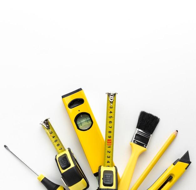 Arranjo de ferramentas amarelas com espaço de cópia