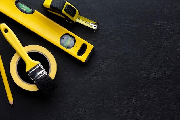 Arranjo de ferramentas amarelas plana colocar com espaço de cópia