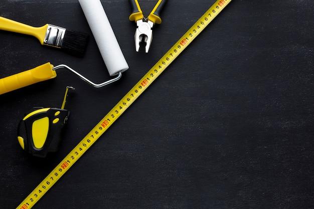 Arranjo de ferramentas amarelas vista superior com espaço de cópia