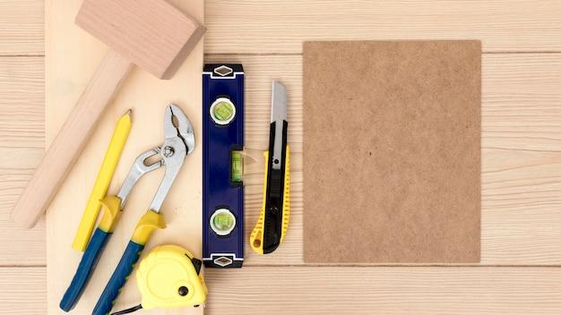 Arranjo de ferramentas para carpintaria no espaço da cópia da mesa