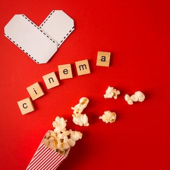 Arranjo de filmes de vista superior com letras de cinema