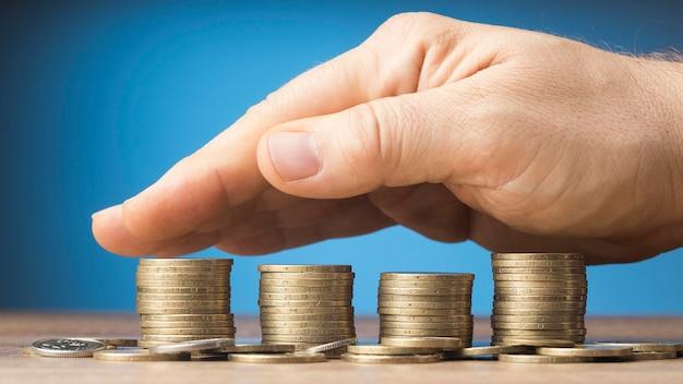 Arranjo de finanças com monte de moedas