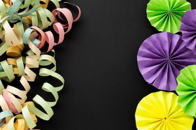Arranjo de fitas coloridas e enfeites de papel