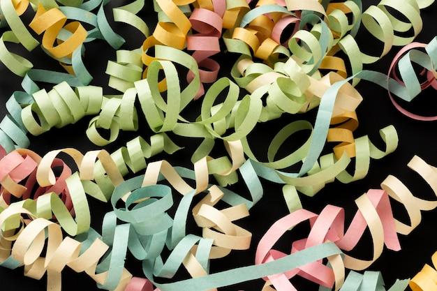 Arranjo de fitas de papel colorido