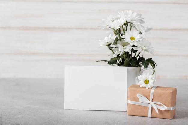 Arranjo de flores brancas com cartão vazio