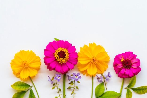 Arranjo de flores coloridas em estilo de cartão postal