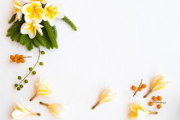 Arranjo de flores de frangipani em estilo de cartão postal